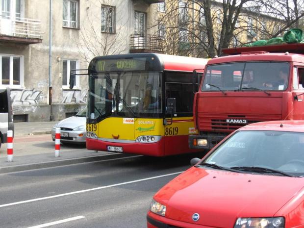 marian wyprzedza autobus