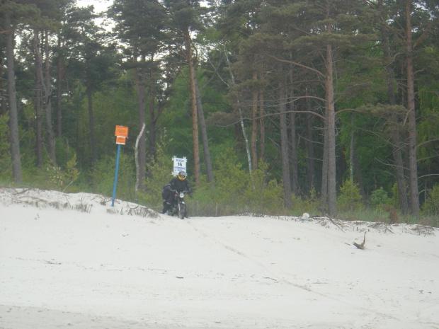 Zjazd na plażę, nogami trzymam balans. #rajd #morze #bałtyk #wsk #sport #m21w2 #W2B #SO1 #świdnik #PredomDezamet #romet #simson #suzuki #yamaha #honda #kawasaki