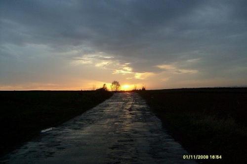 Zachód słońca w zaduszki.